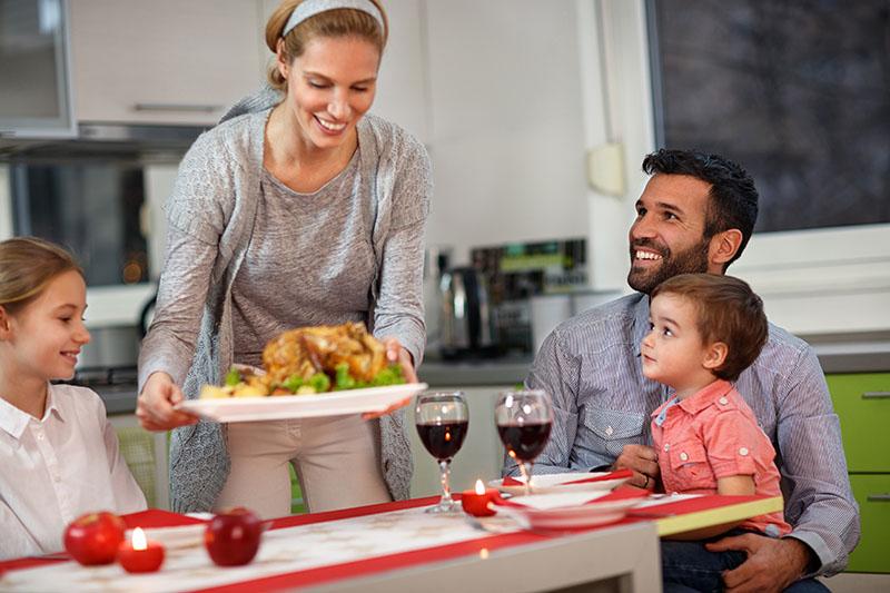 familia cenando junta en casa