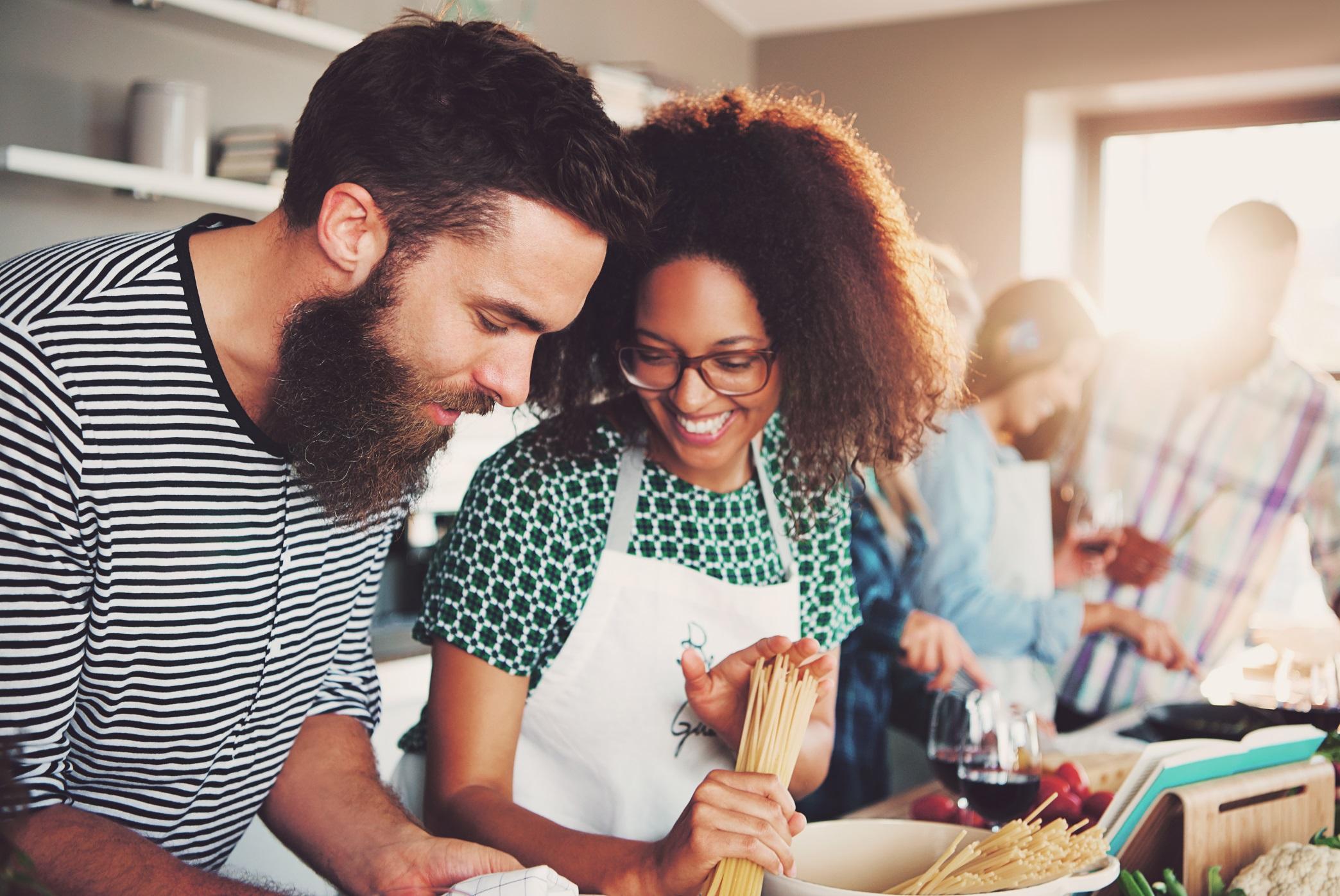 La cocina se erige como el espacio perfecto donde compartir y disfrutar cocinando con amigos