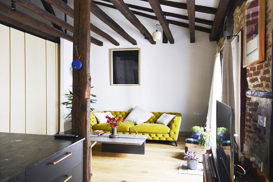 Vista de las espectaculares vigas y pilares de madera originales en la vivienda