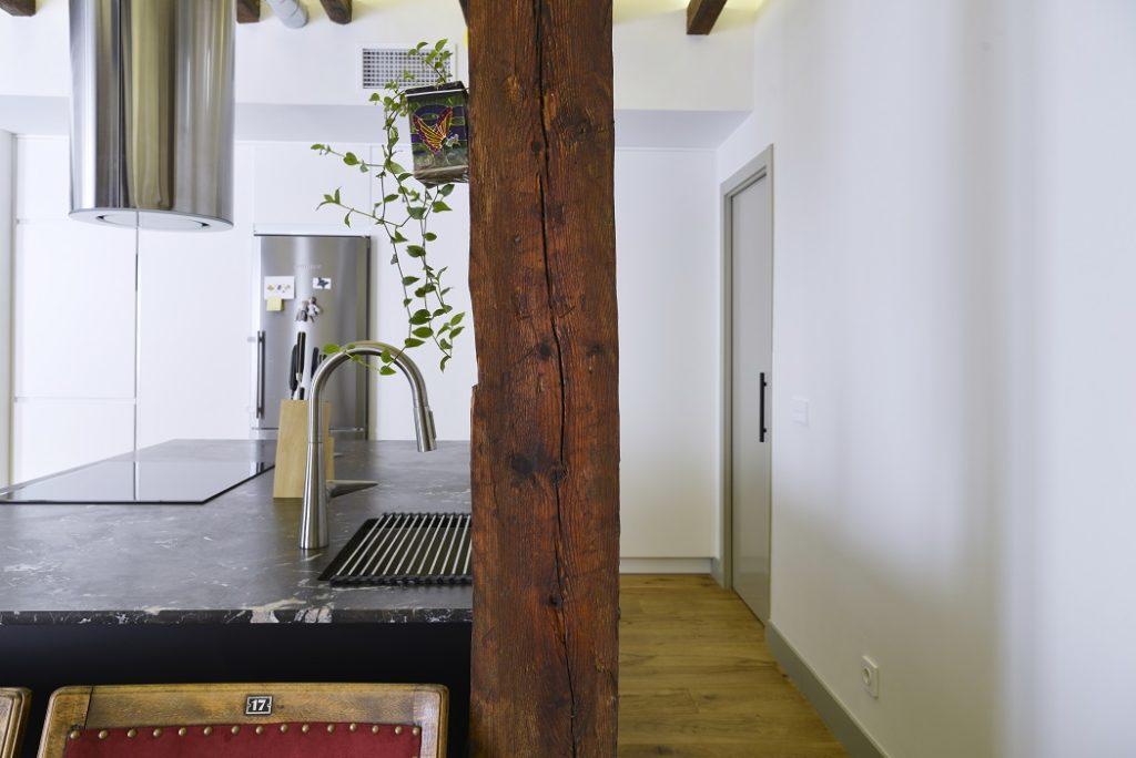 Isla central con encimera Naturamia® Amarula Vintage combinada con campana y grifería de diseño espectacular