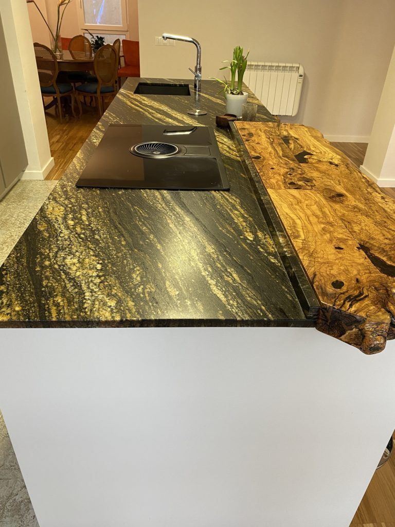 Detalle de las vetas del granito Naturamia® Stromboli combinado con madera de olivo natural
