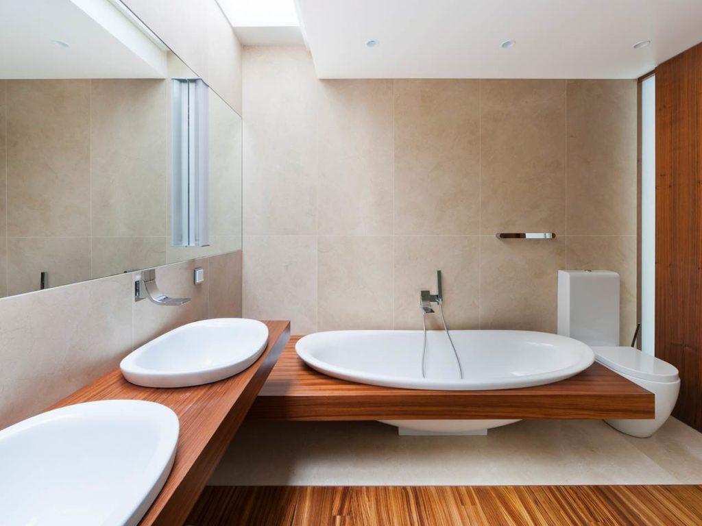 Baño con paredes de mármol Crema Marfil Coto®