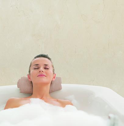 Un baño con materiales naturales puede ser tu aliado cuando necesitas relajarte
