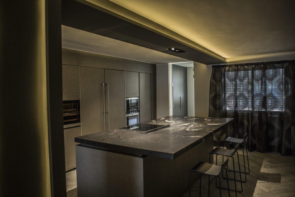 Black granite countertop Naturamia® Cheyenne. Design by Sofía Martín Studio.