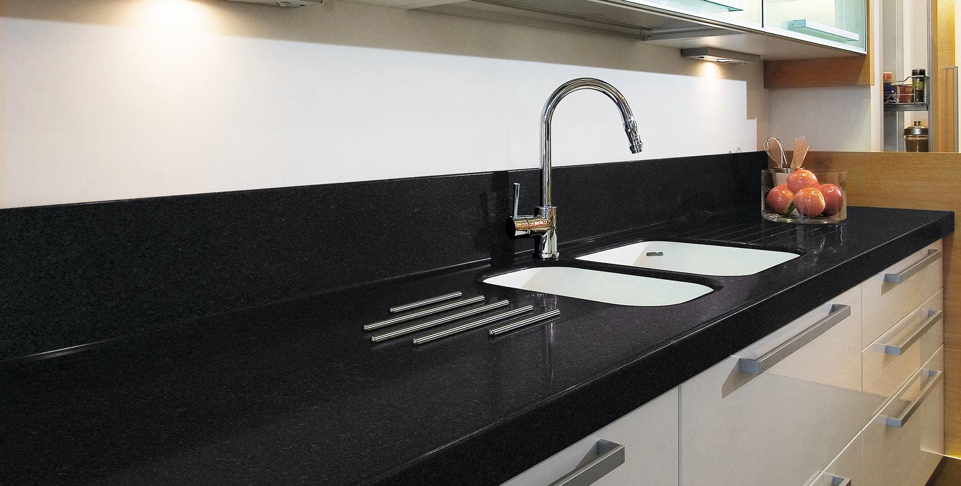 Encimera negra materiales de construcci n para la reparaci n for Cocina blanca encimera negra